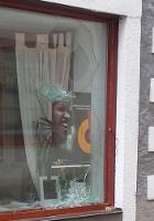 Zerstörtes Schaufenster in der Kulturkiste