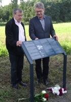 Einweihung einer Informationstafel am Standort des ehemaligen Lagers mit Josef Salomonovic und OB Hanke