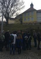 Mit einer Schüler*innengruppe in Hohnstein vor der Konrad-Hahnewald-Grundschule