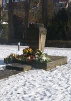 Blumengeschmückter Gedenkstein an der Grohmannstraße in Pirna